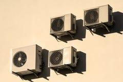 Condicionadores de ar brancos na parede branca foto de stock