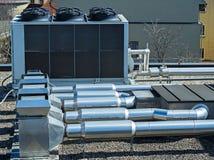 Condicionadores de ar industriais na parte superior de uma construção imagens de stock royalty free