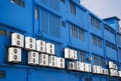 Condicionadores de ar no edifício azul Imagens de Stock