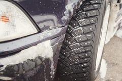 Condiciones de conducción del invierno Tormenta de la nieve, neumáticos de nieve Fotos de archivo libres de regalías