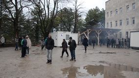 Condiciones de vida espantosas debajo de las tiendas en campamento de refugiados en Bosnia Crisis migratoria europea