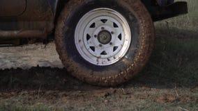 Condiciones extremas para conducir Remolque potente SUV en el camino rural sucio después de la lluvia en mún tiempo Coche sucio e almacen de metraje de vídeo