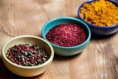 Condimenti appetitosi differenti nei piatti dell'inceppamento Immagini Stock Libere da Diritti