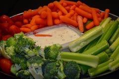 Condimento del ranch che si siede in mezzo ad un vassoio della verdura fotografie stock libere da diritti