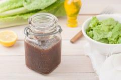 Condimento dell'insalata balsamico di vineaigrette in un vetro Immagini Stock