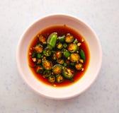 Condimento típico do molho do pimentão e de soja em Ásia fotografia de stock