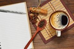 Condimentos de la American National Standard del café express y un cuaderno con la pluma fotografía de archivo libre de regalías