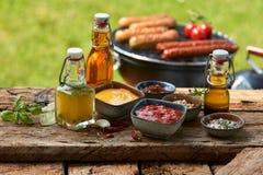 Condimentos y especias clasificados en una mesa de picnic Foto de archivo
