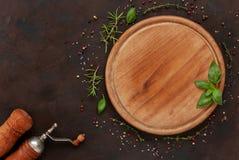 Condiments и специи на круглой деревянной доске Взгляд сверху, конец-вверх Стоковые Изображения RF
