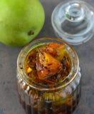 Condiments indiens - conserves au vinaigre de mangue images stock
