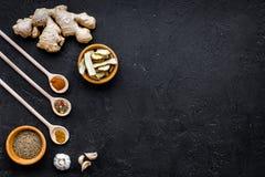 Condiments, podprawy i pikantność pojęcie, Suche pikantność w drewnianych łyżkach na czarnej tło odgórnego widoku kopii przestrze Obraz Stock