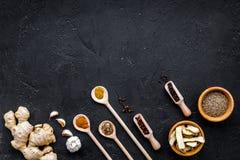 Condiments, podprawy i pikantność pojęcie, Suche pikantność w drewnianych łyżkach na czarnej tło odgórnego widoku kopii przestrze Obraz Royalty Free