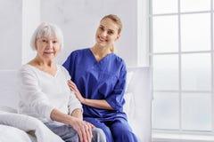 Condition physique parlante thérapeutique gaie de patient Photographie stock