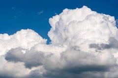 Conditions atmosphériques avec les nuages pelucheux Image libre de droits