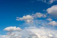 Conditions atmosphériques avec les nuages pelucheux Photos stock