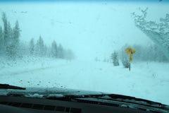 Conditions de conduite glaciales de l'hiver photographie stock