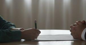 Conditions de contrat de Signing Sales Business d'homme d'affaires avec la femme d'affaires Partner Shaking Hands faisant l'affai banque de vidéos