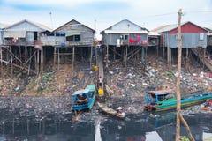 Conditions de vie antihygiéniques sur la sève de Tonle de lac Images libres de droits