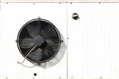 Condizionamento d'aria dell'alloggio del metallo bianco, pale del ventilatore nere immagine stock