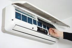 Condizionamento d'aria domestico di pulizia e di mantenimento immagine stock