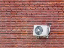Condizionamento d'aria sul muro di mattoni rosso fotografia stock