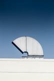 Condizionamento industriale e sistemi di ventilazione su un tetto Fotografie Stock Libere da Diritti