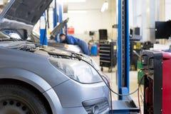 Condizionatore d'aria d'assistenza dell'automobile Immagine Stock