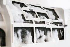 Condizionatore d'aria di pulizia con la schiuma dello spruzzo fotografie stock