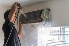 Condizionatore d'aria di pulizia da acqua per pulito una polvere Immagine Stock