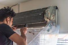 Condizionatore d'aria di pulizia da acqua per pulito una polvere Immagini Stock