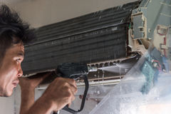 Condizionatore d'aria di pulizia da acqua per pulito una polvere Immagini Stock Libere da Diritti