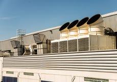 Condizionatore d'aria sul tetto con cielo blu immagine stock