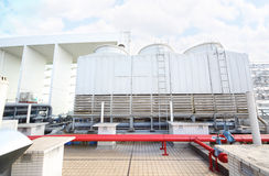 Condizionatore d'aria sul tetto di costruzione Immagini Stock