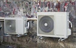 Condizionatore d'aria sulla parete della casa fotografia stock libera da diritti