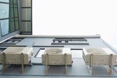 Condizionatori d'aria ad una parete del condominio fotografia stock
