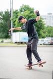 Condizione adolescente del skateboarder Immagini Stock Libere da Diritti