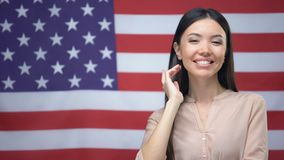 Condizione asiatica positiva della donna contro il fondo della bandiera di U.S.A., festa dell'indipendenza archivi video