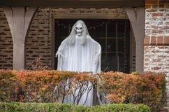 Condizione del fantasma dello zombie sul portico dietro la barriera colorata autunno per la decorazione di Halloween fotografie stock libere da diritti