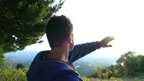 Condizione del giovane al bordo della montagna di baru del vulcano e godere della vista stock footage
