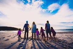 Condizione del gruppo degli amici e della famiglia sul tenersi per mano della spiaggia immagine stock