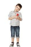 Condizione del ragazzo e cuore della tenuta Fotografia Stock Libera da Diritti