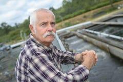 Condizione dell'ingegnere senior sull'unità di trattamento delle acque reflue fotografie stock libere da diritti