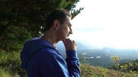 Condizione dell'uomo al bordo delle montagne e di pensiero stock footage