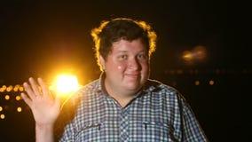 Condizione dell'uomo e mano d'ondeggiamento di hs alla notte all'aperto, ritratto video d archivio