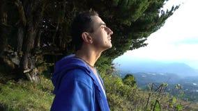 Condizione dell'uomo sull'orlo delle montagne e cercare nel cielo cacciatore del UFO video d archivio