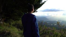 Condizione dell'uomo sull'orlo delle montagne e guardare intorno archivi video