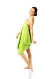 Condizione della donna di vista laterale avvolta in asciugamano Fotografia Stock Libera da Diritti