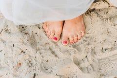 Condizione della donna scalza su una spiaggia immagine stock libera da diritti