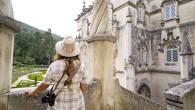Condizione della giovane donna vicino alle colonne del palazzo video d archivio