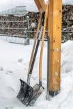 Condizione della pala della neve nella neve immagini stock